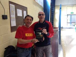 Il vincitore, a sinistra, premiato dall'amico AlexGrifo