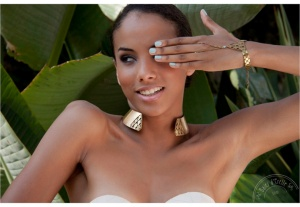 a-the-Shining-Sun-Collection-Spring-and-Summer-2013-Model-Camila-Castro-crédit-Baies-dErelle-New